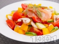 Рецепта Салата с чери домати, чушки, сурови гъби, сьомга и зехтин